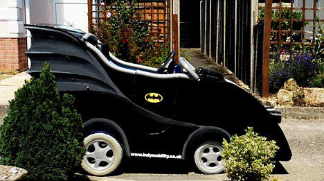 44380169 - Convierte su silla de ruedas en un Batmóvil